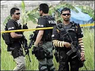الشرطة الاندونيسية في موقع الغارة