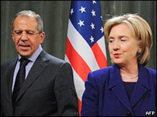 Sergei Lavrov (esq.) e Hillary Clinton em Moscou