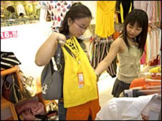 Jóvenes chinas en una tienda de ropa
