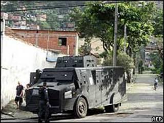 Blindado da Polícia Militar na entrada da favela de São João, no Rio de Janeiro