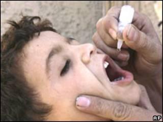 Criança afegã recebe vacina