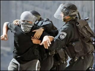 Policiais israelenses prendem palestino