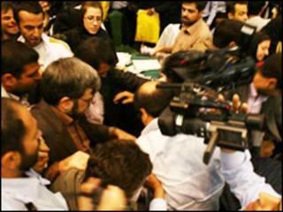 علیرضا بهشتی در سمت چپ مقابل دوربین- عکس از وبسایت موج آزادی