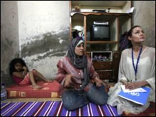 سفيرة النوايا الحسنة الممثلة الأمريكية أنجلينا جولي تتفقد مع زوجها براد بيت أسرة عراقية لاجئة في بغداد