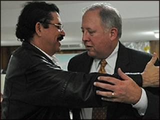 Manuel Zelaya (esquerda) e Tom Shannon