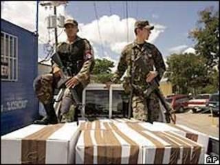 Soldados de Honduras vigilando urnas de votación