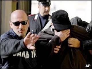 Policiais levam Pasquale Russo na Itália