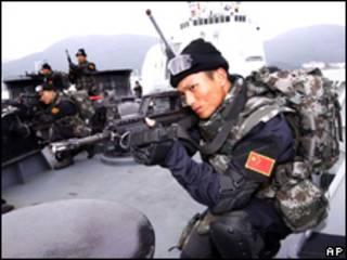 Lính hải quân Trung Quốc trên Khu trục hạm Haikou DDG-171