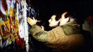 Foto no Facebook mostra Sarkozy (ao fundo) diante do Muro de Berlim em 1989