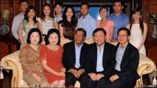 Ông Thaksin chụp hình lưu niệm với gia đình ông Hun Sen ở Phnom Penh