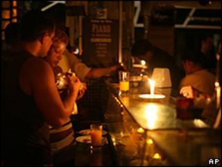 Clientes comem à luz de velas em restaurante do Rio de Janeiro durante o apagão