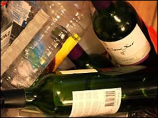 فائل فوٹو، شراب کی بوتلیں