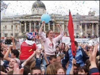 伦敦民众欢庆成功获得2012夏季奥运会举办权。