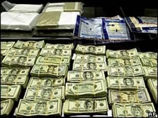 Dinero y droga incautados. Foto de archivo.