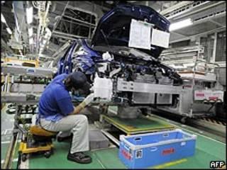 Trabajador japonés en una fábrica de Toyota. Archivo