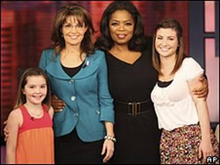 Sarah Palin (segunda a la izquierda) en el programa de Oprah Winfrey con sus hijas