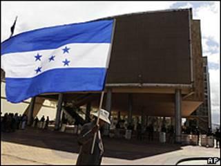 Hombre con bandera frente al Congreso de Honduras en Tegucigalpa