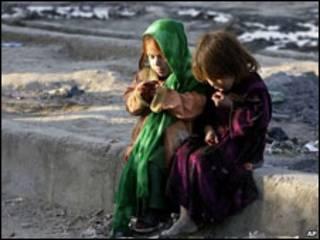 काबुल में दो बच्चियाँ
