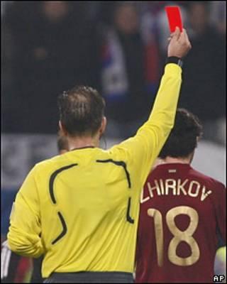 Судья показывает красную карточку Юрию Жиркову
