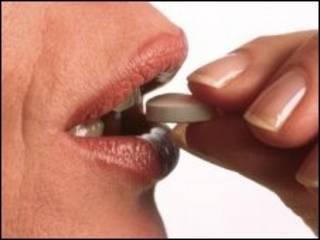 Женщина с таблеткой