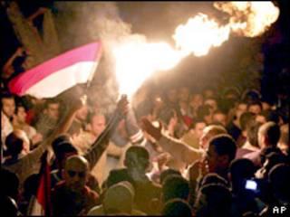 Manifestantes queimam bandeiras argelinas no Cairo