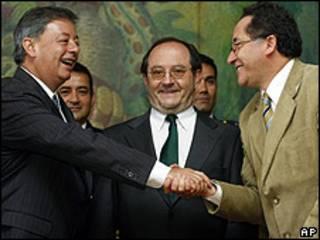 Ministro de Defensa de Colombia Gabriel Silva (izq.), Ministro de Defensa de Ecuador Javier Ponce (centro) y Ministro del Interior de Ecuador Miguel Carvajal (derecha)