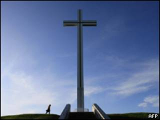 Cruz em memorial papal em Dublin, Irlanda (AFP, 26 de novembro)