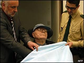 Demjanjuk chega ao tribunal em uma cadeira de rodas