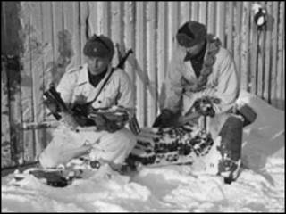 Финские солдаты собирают неразорвавшиеся советские бомбы