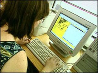 女学生使用电脑