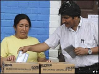 Моралес голосует на выборах