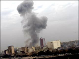 Ledakan menyisakan asap hitam tebal di angkasa kota Baghdad