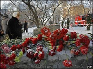 Цветы в память о погибших при пожаре в Перми