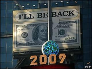Afiche de un billete estadounidense en Times Square, Nueva York