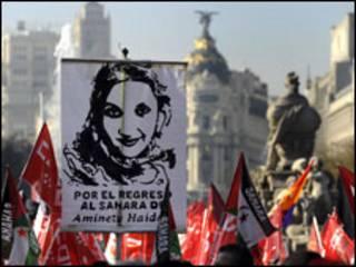 صورة أمينتو حيدر ترفع إلى جانب أعلام صحراوية في مظاهرة نقابية لتحسين وضع العمال بمدريد
