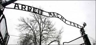 Placa em Auschwitz (arquivo)