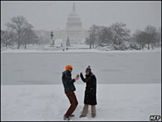 туристы на фоне заснеженого Белого дома