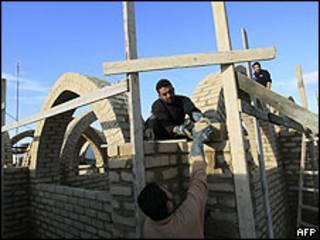 Trabajadores intentan reconstruir un edificio en la Franja de Gaza