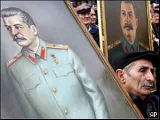 Люди с портретами Сталина