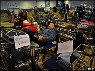 Passageiros da Air Comet esperam voo no aeroporto de Barajas, em Madri