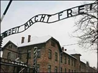 Tấm biển trước cổng trại tập trung Auschwits của phát xít Đức
