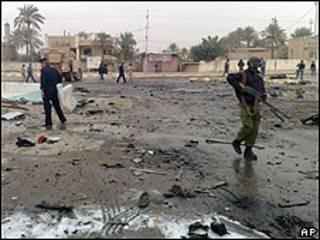 Soldados no local do atentado, em Ramadi