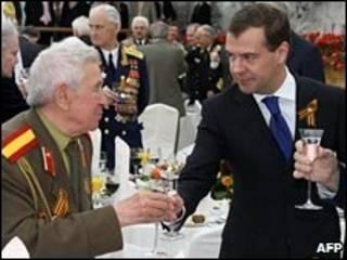 Presidente russo Dmitry Medvedev com veteranos da Segunda Guerra, em 2009