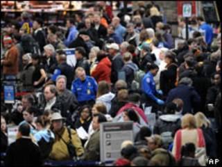 Pasajeros esperan por el control de seguridad en el aeropuerto de Minneapolis-St. Paul, EE.UU.