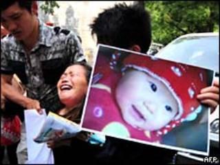 Foto de mayo de 2009, una mujer reclama la muerte de su nieta, supuestamente por leche contaminada