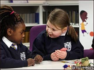 Meninas em escola de Londres