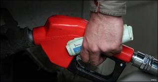 تصویر نازل بنزین در دست مشتری و در حال دریافت سوخت