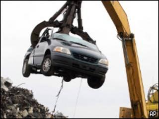 Кран поднимает утилизируемую машину (архивное фото)