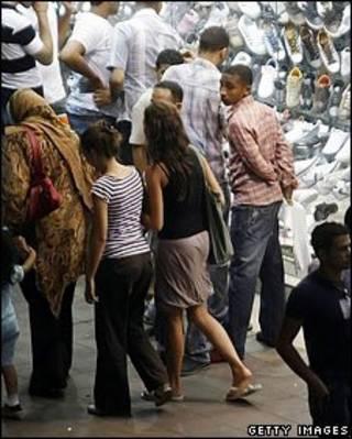 Homem observa mulheres no Egito