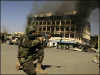پلیس افغان در برابر ساختمان آتش گرفته در کابل